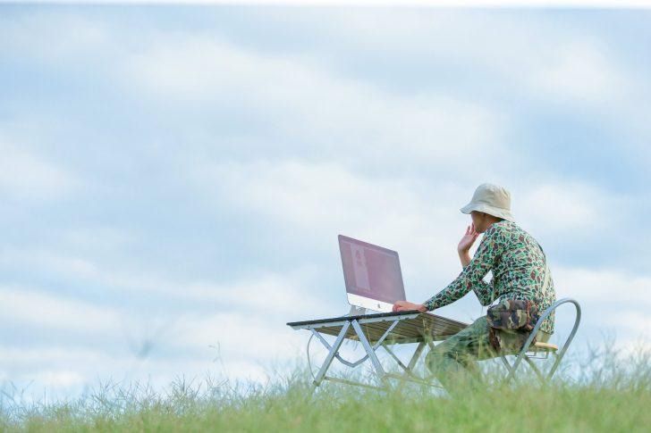 空に男性とパソコン
